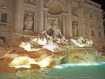 Der Trevi-Brunnen nachts Stockbilder