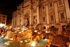 Der Trevi-Brunnen nachts Stockfotos