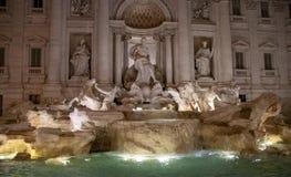 Der Trevi-Brunnen nachts lizenzfreies stockfoto