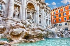 Der Trevi-Brunnen und seine schönen Statuen, Rom lizenzfreies stockfoto