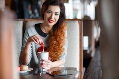 Der trinkende Kaffee des rothaarigen Mädchens im Café Stockbild