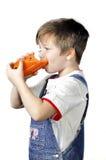 Der trinkende Karottensaft des Jungen Stockbilder