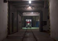 Der Tunnel mit Schienen und dem Warenkorb stockfoto