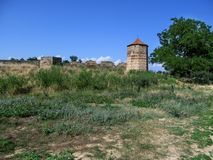 Der Turm der Akkerman-Festung Ukraine in der Steppe vor dem hintergrund eines klaren blauen Himmels Lizenzfreie Stockfotos