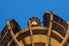 Der Turm beschädigt durch Krieg Stockbild