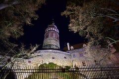 Der Turm des ÄŒeskÃ-½ Krumlov-Schlosses in der Nacht Lizenzfreie Stockfotos