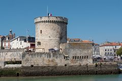 Der Turm des Hafens von La Rochelle in Frankreich stockbild