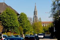 Der Turm der Kathedrale beherrscht die Stadt stockfoto