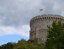 Der Turm mit der Flagge von Großbritannien an der Wand von Windsor stockfotos