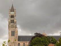 Der Turm und das Dach des Sint Salvator Cathedral Lizenzfreie Stockbilder