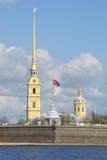 Der Turm und der Peter und Paul Cathedral Maifeiertag Peter- und Paul-Festung, St Petersburg Stockfotografie
