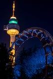 Der Turm und die Achterbahn, Duryu-Park-Turm-sternenklare Nachtbeleuchtungen Daegu Südkorea Stockbild