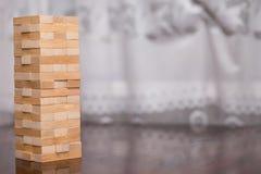 Der Turm von den Holzklötzen auf dem Tisch, Turm aufbauend Stockfoto