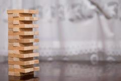 Der Turm von den Holzklötzen auf dem Tisch, Turm aufbauend Lizenzfreies Stockfoto