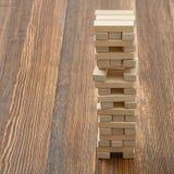 Der Turm von den Holzklötzen gesetzt auf eine Tabelle Lizenzfreies Stockfoto