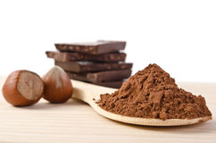 Der Turm von der Schokolade mit Nüssen und Kakaopulver Lizenzfreies Stockbild