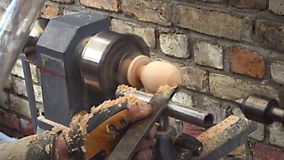 Der Turner macht auf der Werkzeugmaschine die Vorbereitung vom Weihnachtsei stock video