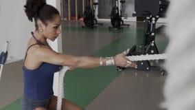 In der Turnhalle während crossfit Afro zieht die Frau das Seil fest stock footage