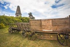 Der typische historische hölzerne Wagen auf einer Wiese stockfotografie
