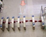 Der U-Bahn-Eingang, ordentliche Reihen der Durchschlagsmaschine. Gua Stockfotografie