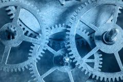 Der Uhrmechanismus ist in der blauen Farbe Stockfotografie