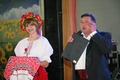 In der ukrainischen Art Schöner Mädchenschauspielerintrickzeichner im nationalen ukrainischen Kostüm und im Nikolay Y Pozdeev - E Lizenzfreie Stockfotos