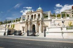 Der unterere Teil von Buda Castle, der Eingang mit Skulpturen von L Stockbilder