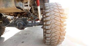 Der Unterseitenshow des Armee-LKWs 4WD Ersatzteile und Reifen großer Fuß Lizenzfreies Stockfoto