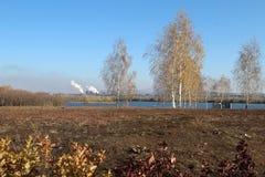 Der Ural-Fluss im Herbst in Magnitogorsk-Stadt, Russland stockfotos