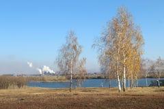 Der Ural-Fluss im Herbst in Magnitogorsk-Stadt, Russland stockbild