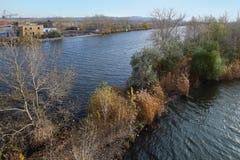 Der Ural-Fluss im Herbst in Magnitogorsk-Stadt, Russland lizenzfreie stockfotografie