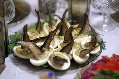 Der ursprüngliche Salat von angefüllten Pasteteneiern mit Sprotten lizenzfreie stockbilder