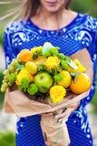 Der ursprüngliche ungewöhnliche essbare Blumenstrauß von Früchten lizenzfreies stockbild