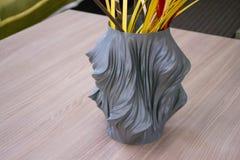 Der Vase, der auf dem Drucker 3d gedruckt wird, steht im Innenraum Stockbild