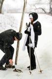 Der Vater, die Tochter und Skis. Lizenzfreie Stockfotos