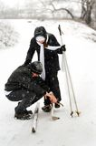Der Vater, die Tochter und Skis. Stockfoto