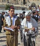 Der Vater mit dem Sohn - Soldat Stockbilder