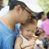 Der Vater und Sohn, die essen, Eiscreme Stockbilder