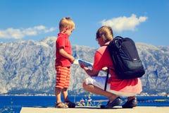 Der Vater und Sohn, die Karte betrachten, reisen in Berge Stockbilder