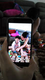 Der Vati, der Spielwaren mit Kindern spielt, riß mit handphone lizenzfreies stockfoto