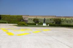 DER VATIKAN 20. SEPTEMBER: Hubschrauber-Landeplatz und Madonnas Statue an den Vatikan-Gärten am 20. September 2010 in Vatikan, Ro Stockfotos