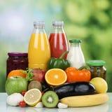 Der Vegetarier, der Früchte essen, das Gemüse und der Orangensaft trinken Lizenzfreie Stockfotografie