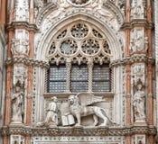 Der venetianische Löwe und der Doge Lizenzfreie Stockfotos