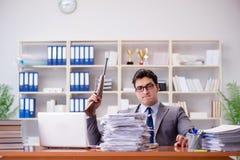 Der verärgerte aggressive Geschäftsmann im Büro lizenzfreie stockfotografie