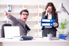 Der verärgerte Chef unglücklich mit weiblicher Angestelltleistung lizenzfreies stockbild