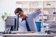Der verärgerte Geschäftsmann frustriert mit zu vieler Arbeit lizenzfreie stockbilder