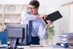 Der verärgerte Geschäftsmann frustriert mit zu vieler Arbeit lizenzfreie stockfotos
