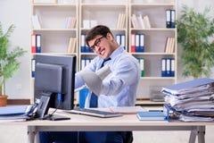 Der verärgerte Geschäftsmann frustriert mit zu vieler Arbeit stockfotos