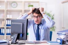 Der verärgerte Geschäftsmann frustriert mit zu vieler Arbeit lizenzfreie stockfotografie