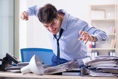 Der verärgerte Geschäftsmann frustriert mit zu vieler Arbeit stockbilder